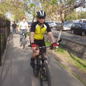 Велосипедист на тротуаре - обычное явление в Алматы