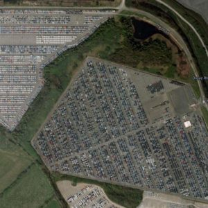 Это доки Royal Portbury возле города Бристоль. Снимок сделан с помощью спутника Google. Ненужные новые автомобили стоят здесь повсюду.  Фото с сайта  zerohedge.com