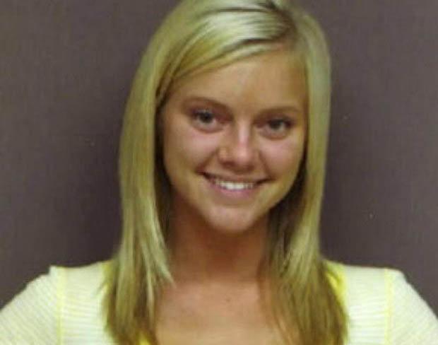 Lindsey Evans was thrilled with her arrest [DFA PICTURES] Линдси Эванс выглядит так, как будто позирует с Микки Маусом в Диснейленде, а не обвиняется в уголовном преступлении. Победительница конкурса Мисс Юность Алабамы была арестована после неуплаты ресторанного счёта на $48 долларов в 2008 г. Покидая заведение, она оставила сумочку с наркотиками на столе…