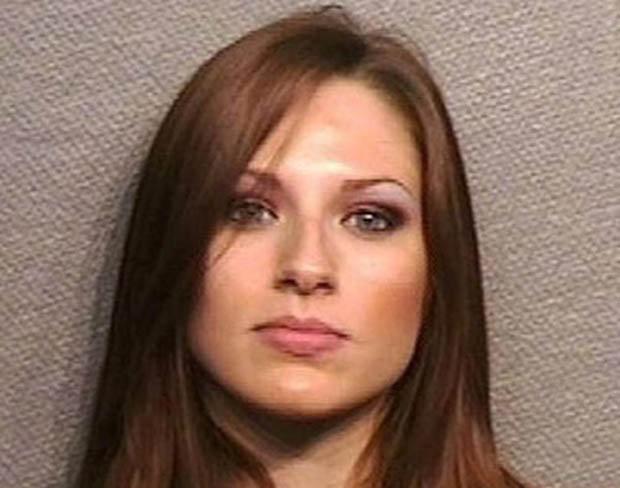 Стриптизёрша Тони Ли Хопкинс была задержана в Хьюстоне за нарушение законодательства о сексуально ориентированном бизнесе, после рейда по «мужским клубам», чем и объясняется вызывающий макияж.