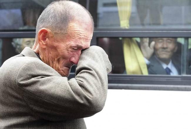 После разлуки длиною в жизнь. 31 октября 2010 года 436 жителям Южной Кореи разрешили провести три дня в Северной Корее, чтобы повидаться со своими родственниками, с которыми они не виделись с момента окончания войны 1950-1953 годов.
