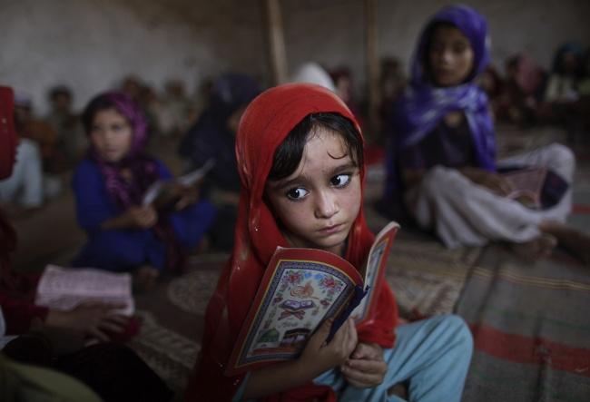 Жизнь продолжается. Четырехлетняя беженка Аиша Даоуд на религиозном занятии в мечети в Равалпинди, Пакистан.