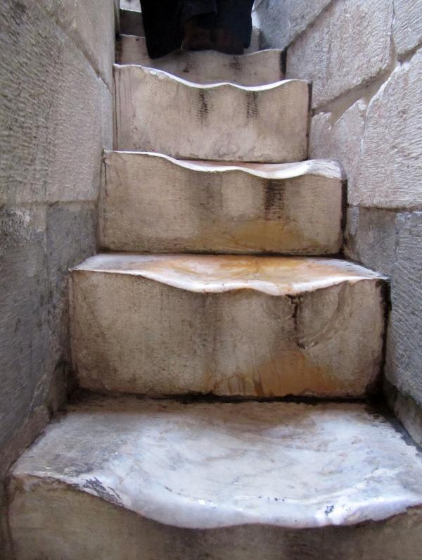 Печать времени. Изношенные мраморные ступени, ведущие к вершине Пизанской башни.