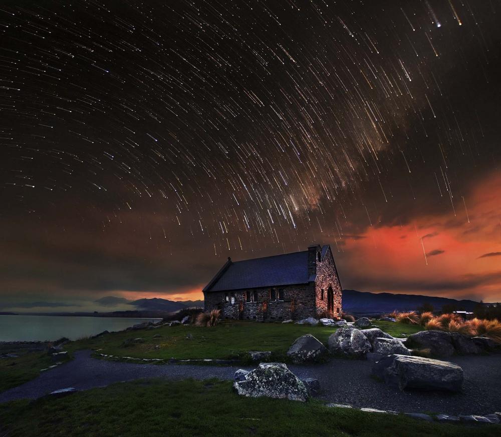 Звездное небо над церковью.