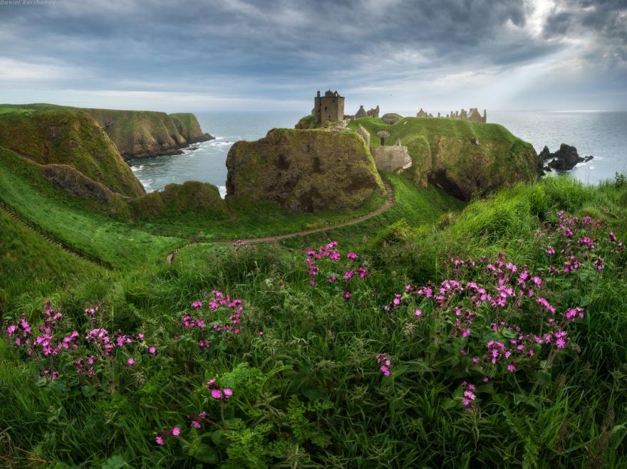 Замок Данноттар расположен на восточном побережье Шотландии в двух милях к югу от Стонхейвена.