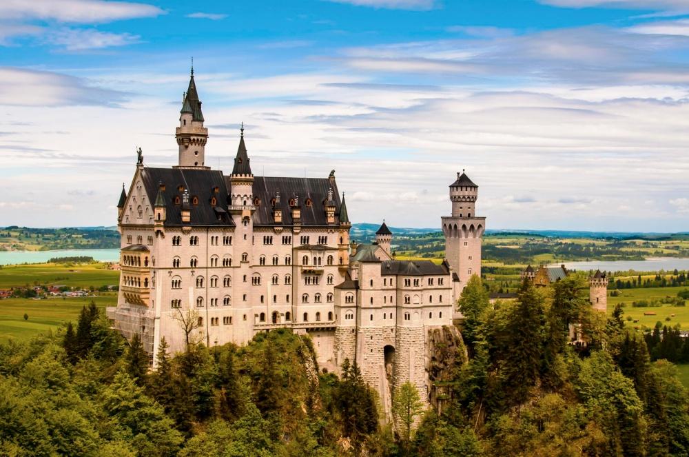 Замок Нойшванштайн, Германия Романтический замок баварского короля Людвига II построили в середине XIX века и по тем временам его архитектура считалась весьма экстравагантной. Как бы то ни было, именно его стены вдохновили создателей замка Спящей Красавицы в Диснейлэнде.