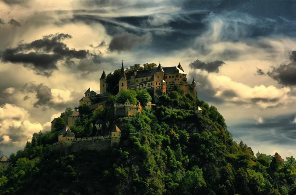 Замок Гохостервитц, Австрия Средневековый замок Гохостервитц построили в далеком IX веке. Его башни и сейчас неусыпно следят за окружающей местностью, гордо возвышаясь над ней на высоте 160 м. А в солнечную погоду ими можно любоваться даже на расстоянии 30 км.