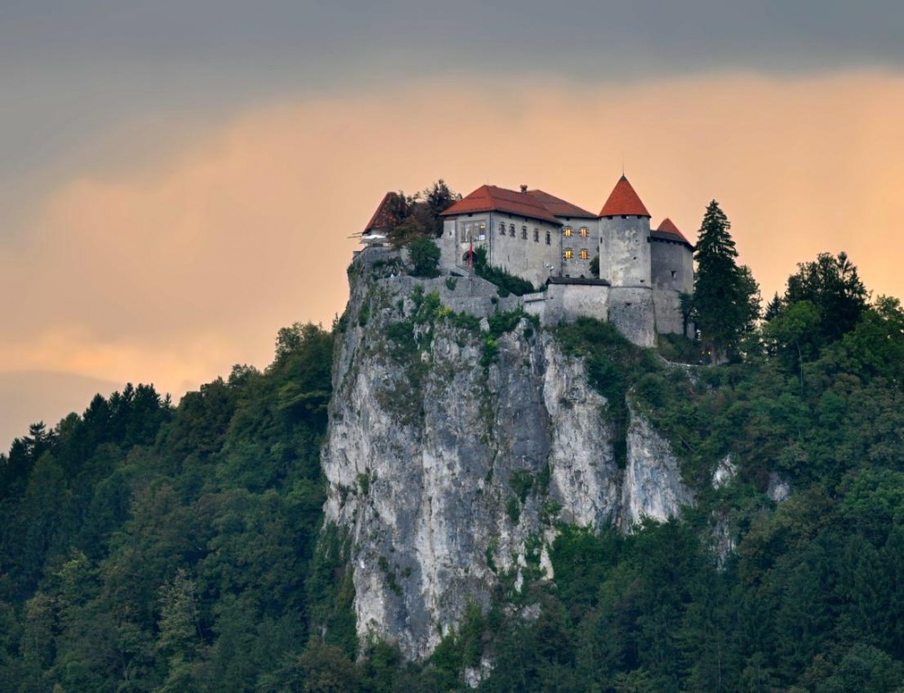 Бледский замок, Словения Замок расположился на стометровой скале, грозно нависающей над озером Блед. Помимо роскошного вида, открывающегося из окон замка, у этого места богатая история — здесь располагалась резиденция сербской королевкой династии, а позже и маршала Иосипа Броз Тито.