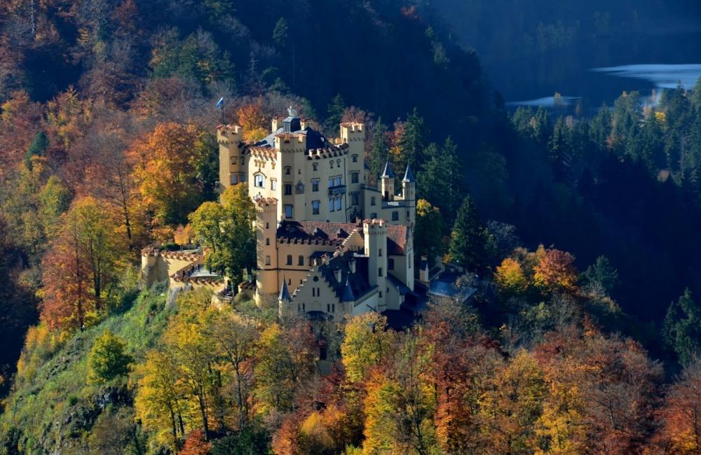 Замок Хоэншвангау, Этот замок-крепость был построен рыцарями Швангау в XII веке и был резиденцией многих правителей, в том числе знаменитого короля Людвига II, который принимал в этих стенах композитора Рихарда Вагнера.