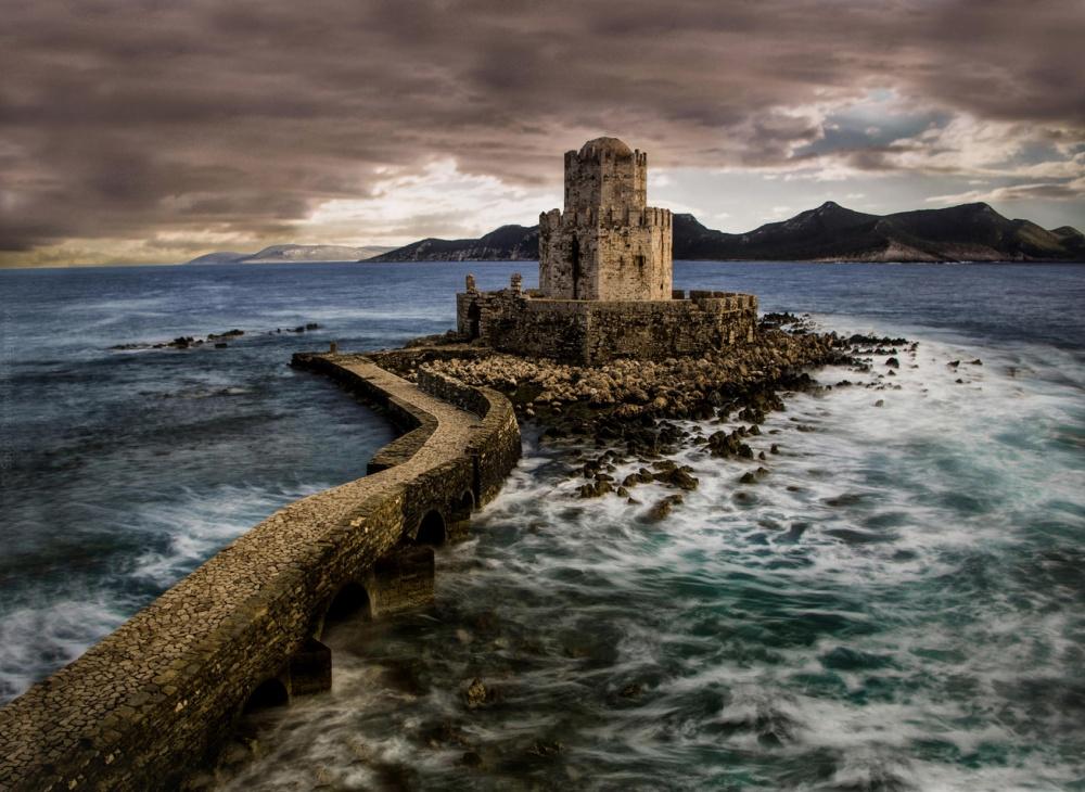 Замок Метони, Греция Венецианский замок-крепость Метони с XIV века был центром сражений и последним в этих краях форпостом европейцев в сражениях против турок, что мечтали захватить Пелопонес. Сегодня от крепости остались только руины.
