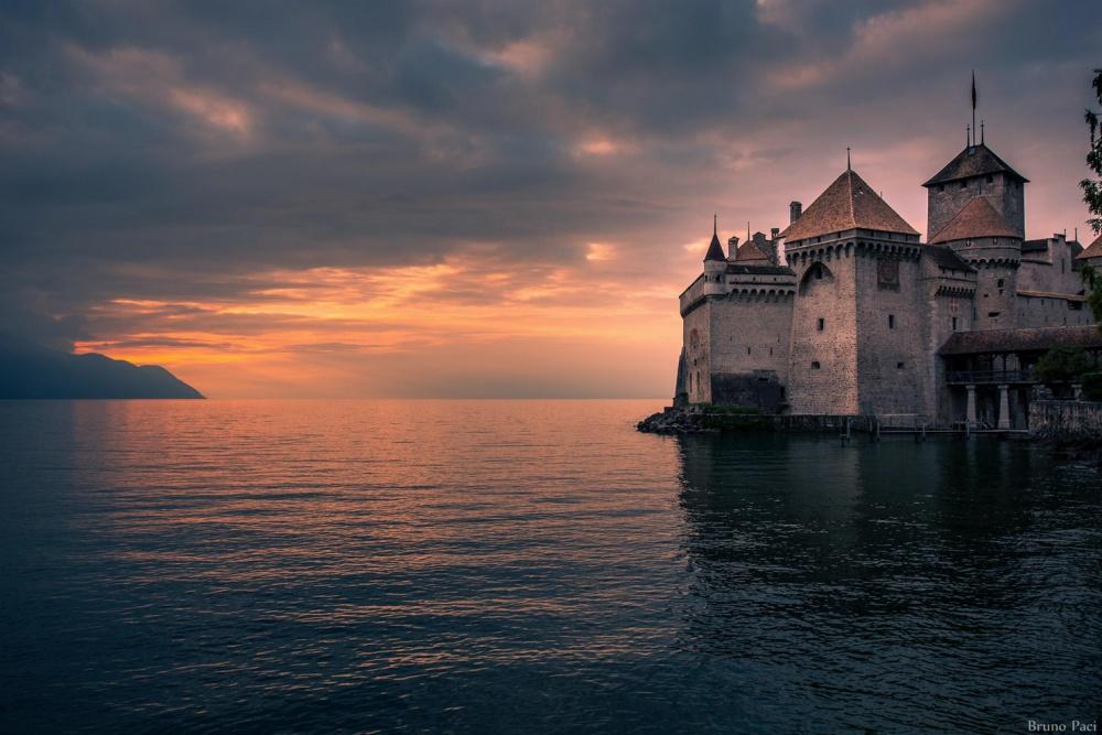 Шильонский замок, Швейцария Эта средневековая бастилия c высоты птичьего полета напоминает военный корабль. Богатая история и характерный внешний вид замка служили вдохновением для многих известных писателей. В XVI веке замок использовался в качестве государственной тюрьмы, о чем Джордж Байрон описал в своей поэме «Шильонский узник».