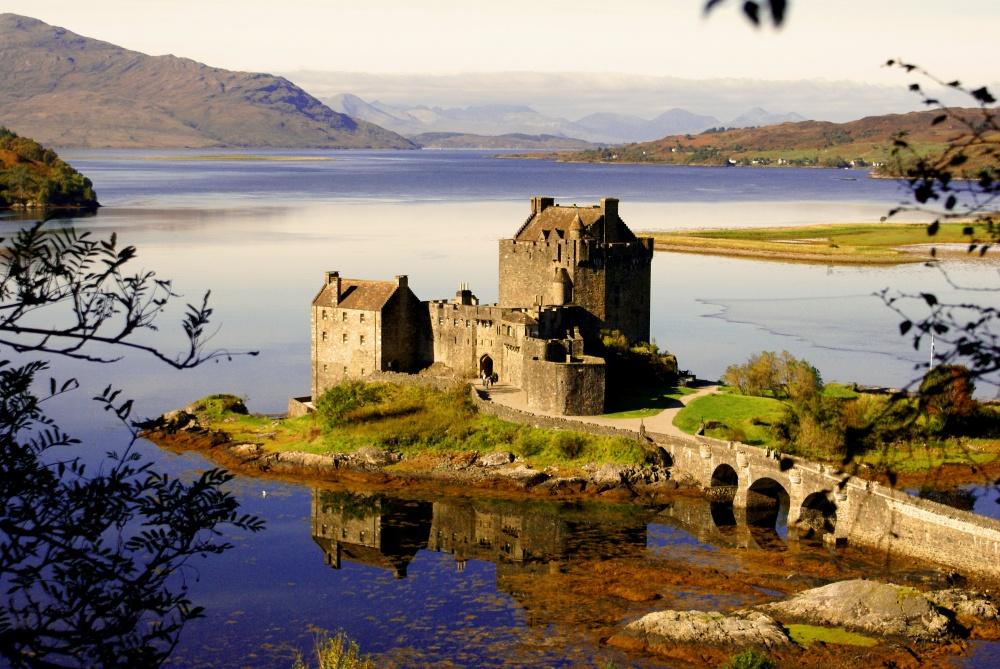 Замок Эйлен-Донан, Шотландия Замок, расположенный на скалистом острове во фьорде Лох-Дуйх, — один из самых романтичных замков Шотландии, славится своим вересковым мёдом и легендами. Здесь снимали множество фильмов, но самое главное — замок открыт для посетителей и каждый может притронуться к камням его истории.