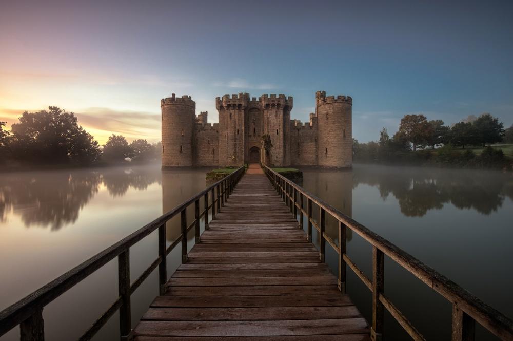 Замок Бодиам, Англия С момента своего основания в XIV веке замок Бодиам пережил множество владельцев, каждому из которых нравилось воевать. Поэтому когда в 1917 году его приобрел Лорд Керзон, от замка оставались только руины. К счастью, его стены быстро восстановили, и сейчас замок стоит как новенький.