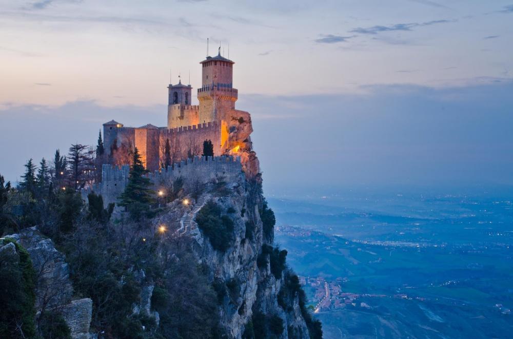 Замок Гуаита, Сан-Марино Замок с XI века располагается на вершине неприступной горы Монте-Титано и вместе с двумя другими башнями защищает самое старое государство в мире Сан-Марино.
