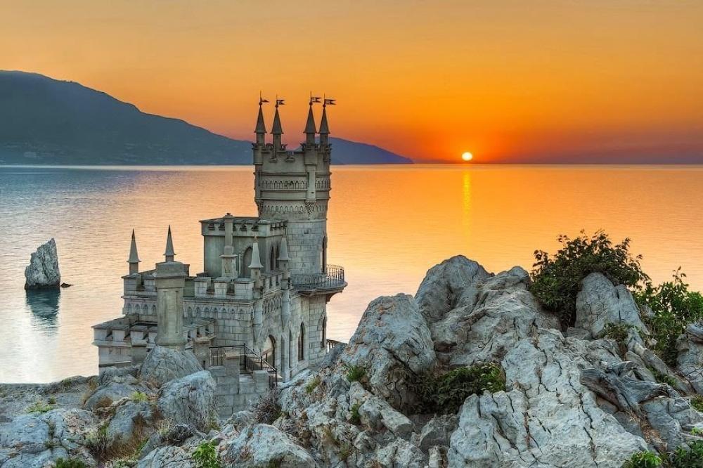 Ласточкино гнездо, Крым Вначале на скале мыса Ай-Тодор располагался небольшой деревянный домик. А свой нынешний вид «Ласточкино гнездо» получило благодаря нефтяному промышленнику барону Штейнгелю, который любил отдыхать в Крыму. Он решил построить романтический замок, который напоминает средневековые сооружения на берегах реки Рейн.