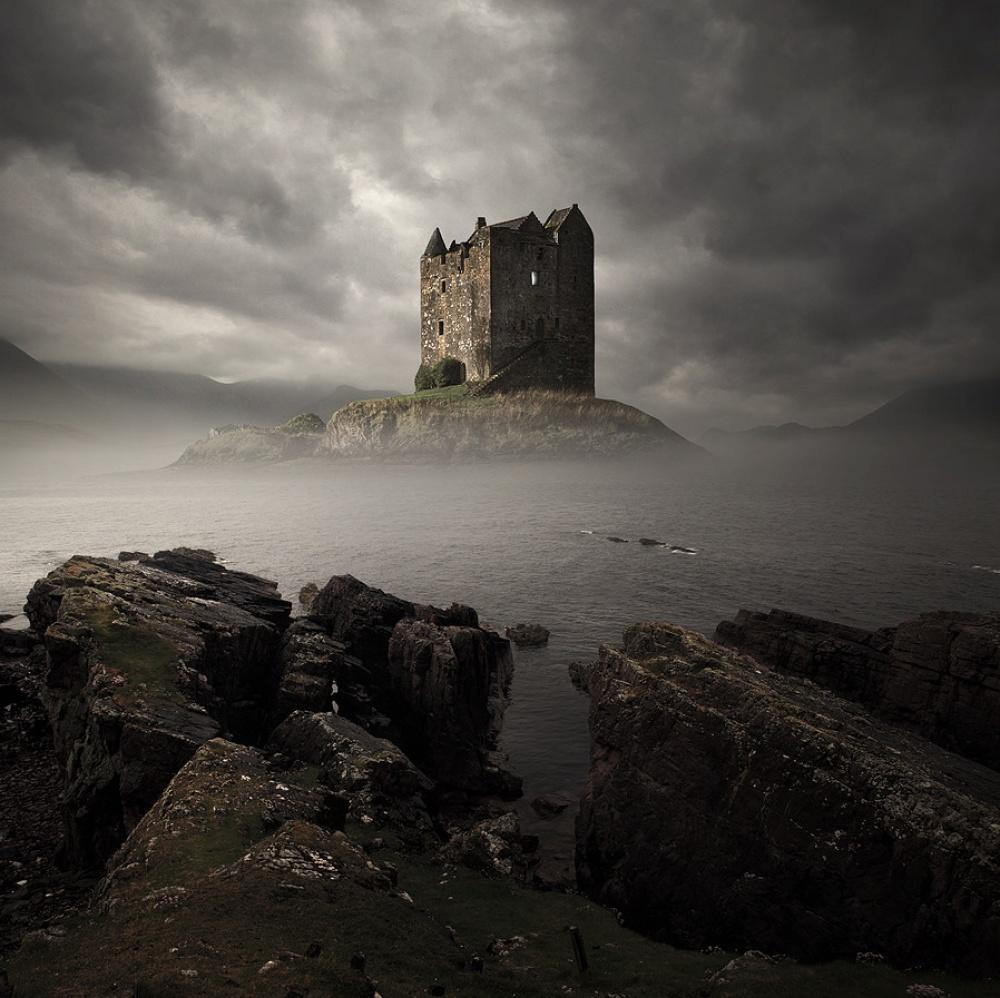 Замок Сталкер, Шотландия Замок Сталкер, что в переводе означает «Соколиный охотник», был построен в 1320 году и принадлежал клану МакДугалов. С этого времени его стены пережили огромное количество распрей и войн, что сказалось на состоянии замка. В 1965 году владельцем замка стал полковник Д. Р. Стюарт из Оллварда, который собственноручно вместе с женой, членами семьи и друзьями восстановил строение.