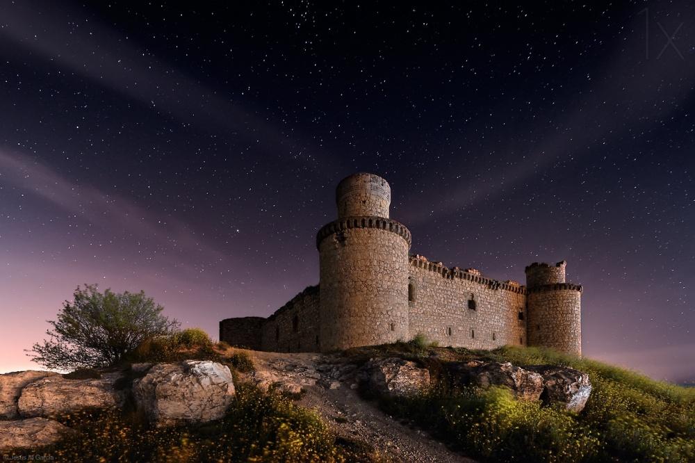 Замок Барсьенсе, Испания Замок Барсьенсе в испанской провинции Толедо был построен в XV веке местным графом. В течение 100 лет замок служил мощной артиллерийской крепостью, а сегодня эти опустевшие стены привлекают разве что фотографов и туристов.