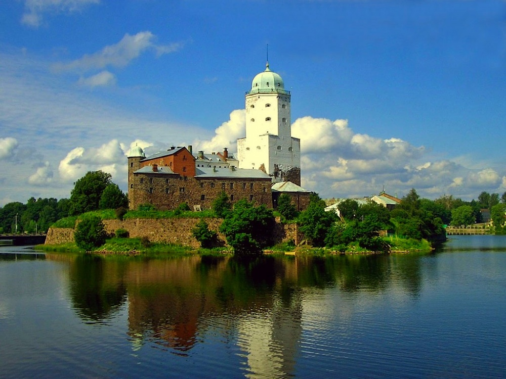 Выборгский замок, Россия Выборгский замок был основан шведами в 1293 году, во время одного из крестовых походов на Карельскую землю. Он оставался скандинавским вплоть до 1710 года, когда войска Петра I отбросили шведов далеко и надолго. С этого времени замок успел побывать и складом, и казармой, и даже тюрьмой для декабристов. А в наши дни здесь располагается музей.