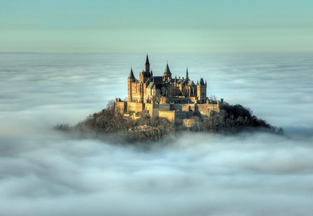 Замок Гогенцоллерн, Германия Этот замок расположен на вершине горы Гогенцоллерн высотой 2800 метров над уровнем моря. В период своего расцвета замок в этой крепости считался резиденцией прусских императоров.