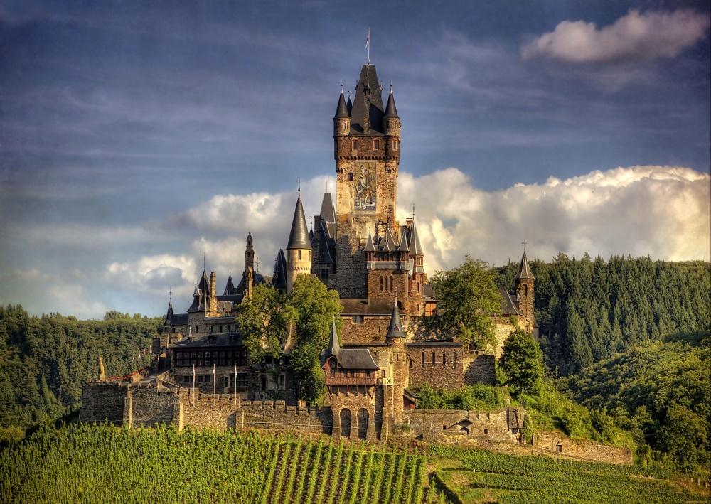 Замок Райхсбург, Германия Тысячелетний замок первоначально был резиденцией короля Германии Конрада III, а потом короля Франции Людовика XIV. Крепость была сожжена французами в 1689 году и канула бы в лету, но немецкий бизнесмен приобрел её останки в 1868 году и потратил большую часть своего богатства на восстановление замка.