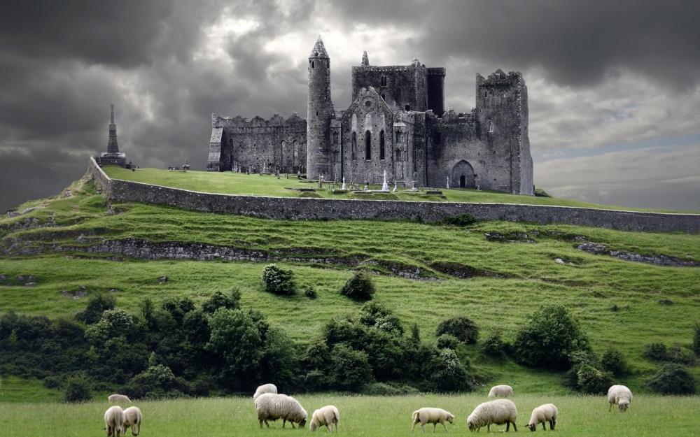 Замок Кашел, Ирландия Замок Кашел был резиденцией королей Ирландии несколько сотен лет до норманнского вторжения. Здесь же в V веке н. э. жил и проповедовал Святой Патрик. Стены замка стали свидетелями кровавого подавления революции войсками Оливера Кромвеля, который здесь заживо сжигал солдат. С тех пор замок превратился в символ жестокости англичан, настоящего мужества и стойкости духа ирландцев.