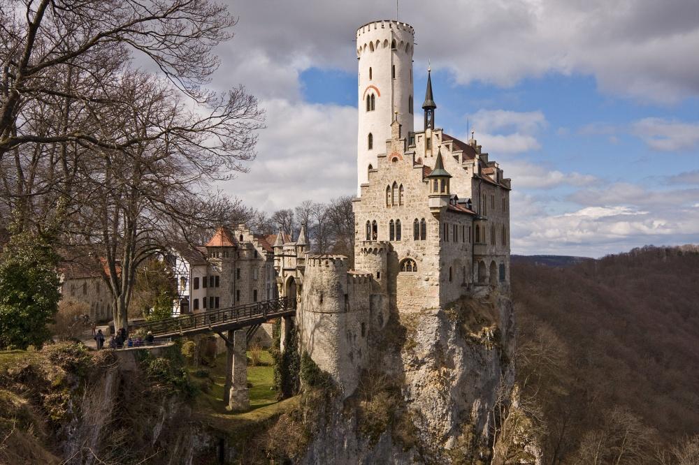 Замок Лихтенштайн, Германия Построенный в XII веке, этот замок несколько раз был разрушен. Его окончательно восстановили в 1884 году и с тех замок становился местом съемок для многих фильмов, в том числе для картины «Три мушкетера».