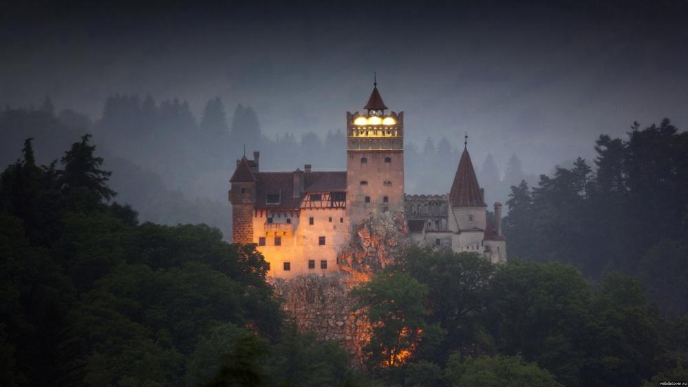 Замок Бран, Румыния Замок Бран — это жемчужина Трансильвании, таинственный музей-форт, где родилась знаменитая легенда о графе Дракуле — вампире, убийце и воеводе Владе Цепеше. По преданию, он ночевал здесь в периоды своих походов, а лес, окружающий замок Бран, был любимым местом охоты Цепеша.