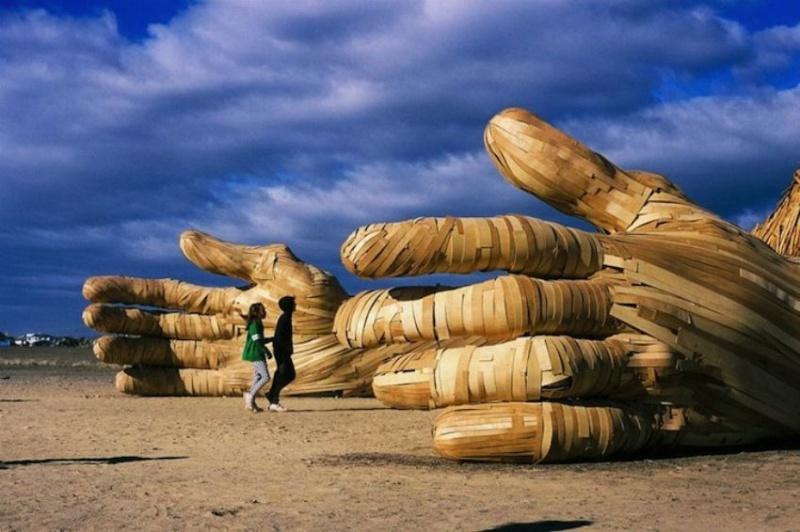 Africa Burn — ежегодное мероприятие, которое проводится в пустыне Танква Кару в Южной Африке. Одна из самых впечатляющих инсталляций этого года — девятиметровая скульптура, которую создал художник Дэниэль Поппер. Титан высотой в 3 этажа оснащен светодиодной подсветкой.