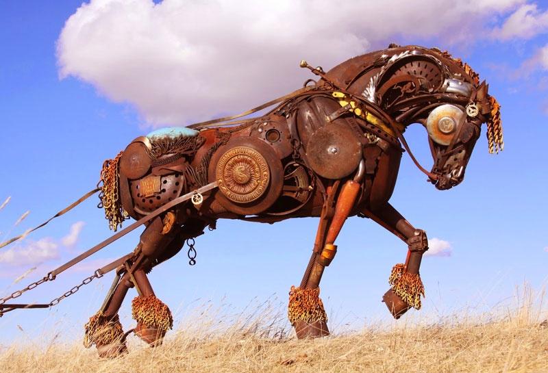 Талантливый скульптор Джон Лопес создает изваяния животных из металла в натуральную величину. Внешне скульптуры отдаленно напоминают творения в стиле стимпанк. Свои первые творения Джон создавал из бронзы, но затем перешел на переработку металлолома. Как показывает практика, материал оказался вполне подходящим.