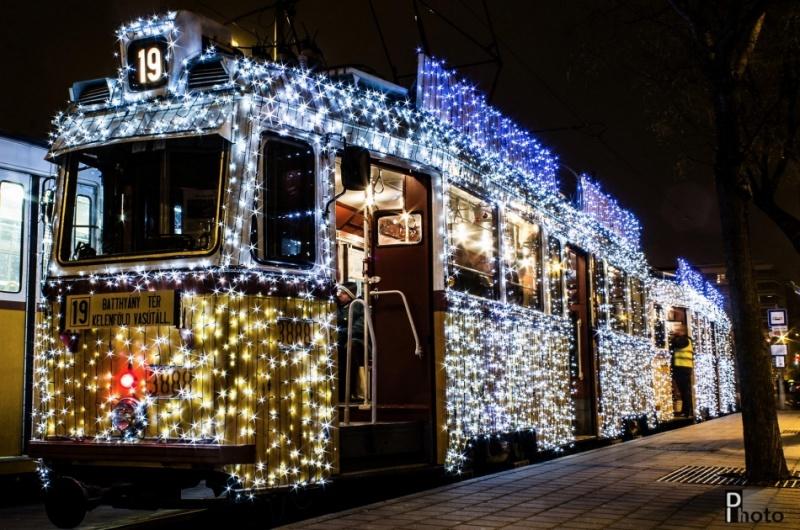 30 тысяч LED-лампочек превратили трамвай Будапешта в настоящую машину времени. Каждый год в Будапеште обычные трамваи покрывают светодиодными лампами, и получается настоящее чудо. А длинная выдержка превращает фотографии в завораживающее зрелище.