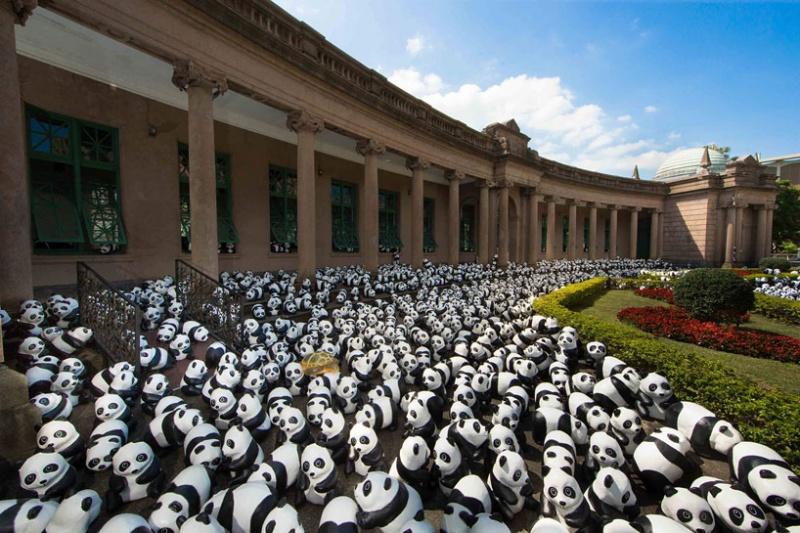 Чтобы обратить внимание общественности на угрозу вымирания панд, французский художник Пауло Гренгеон вместе с WWF организовал мировое турне «1600 панд». Начав в 2008 году, со своими пандами он посетил уже несколько стран Европы и Азии. Каждая такая панда, сделанная из папье-маше, представляет собой одну из оставшихся в дикой природе 1600 панд. В этот раз он приехал в Гонконг.