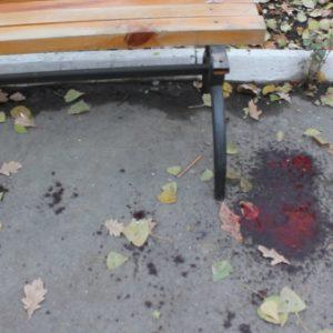 Кровь у скамейки колледжа