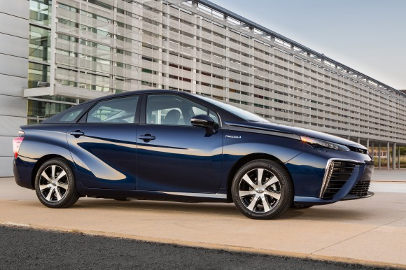 2016_Toyota_Fuel_Cell_Vehicle_004-580x386
