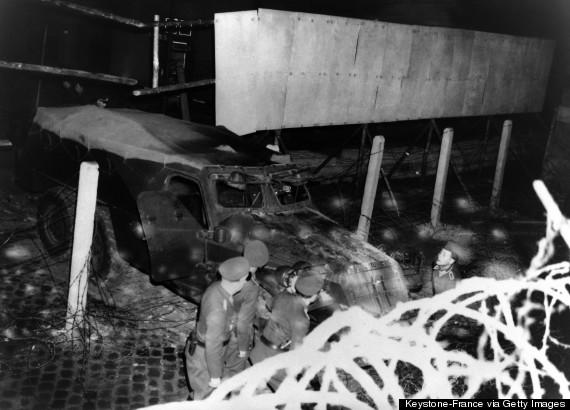 БТР, врезавшийся в стену, 19 апреля 1963 г.(Keystone-France/Gamma-Keystone via Getty Images)