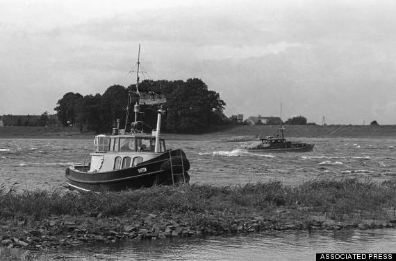 Река Эльба. Справа - лодка погран.службы ГДР, слева - катер пограничников ФРГ. (AP Photo/S)