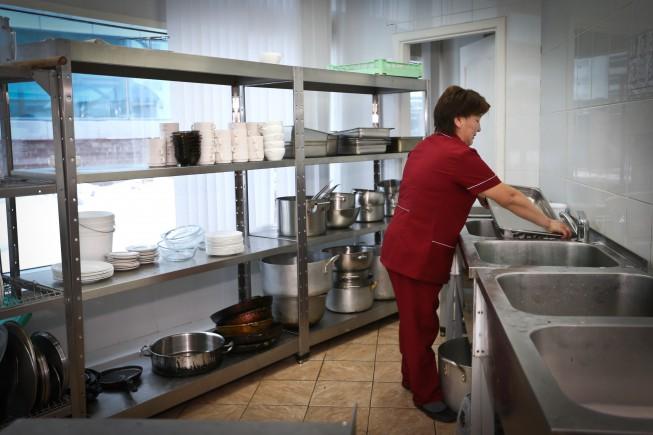 - Я работаю посудомойкой с раннего утра до последнего клиента. В Астане редкие заведения пустуют, всегда полно посетителей.  В столице  много работы, особенно для трудолюбивых и предприимчивых людей. Жизнь здесь кипит и никто не останется голодным. Я была удивлена, когда узнала, что южан здесь не очень-то любят. Наверное, потому что, мы готовы ухватиться за любую работу и даже за маленькие деньги. В моем родном городе, я мыла посуду за тысячу тенге в день, а здесь в месяц получаю пятьдесят тысяч, еще, успеваю подрабатывать на банкетах.