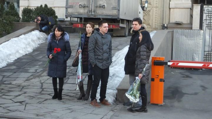 """Более двадцати алматинских журналистов собрались у здания консульства Франции в память о жертвах расстрела в редакции французского журнала """"Шарли Эбдо""""."""