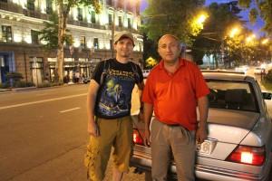 Возможно, самый совестливый таксист на свете (справа)
