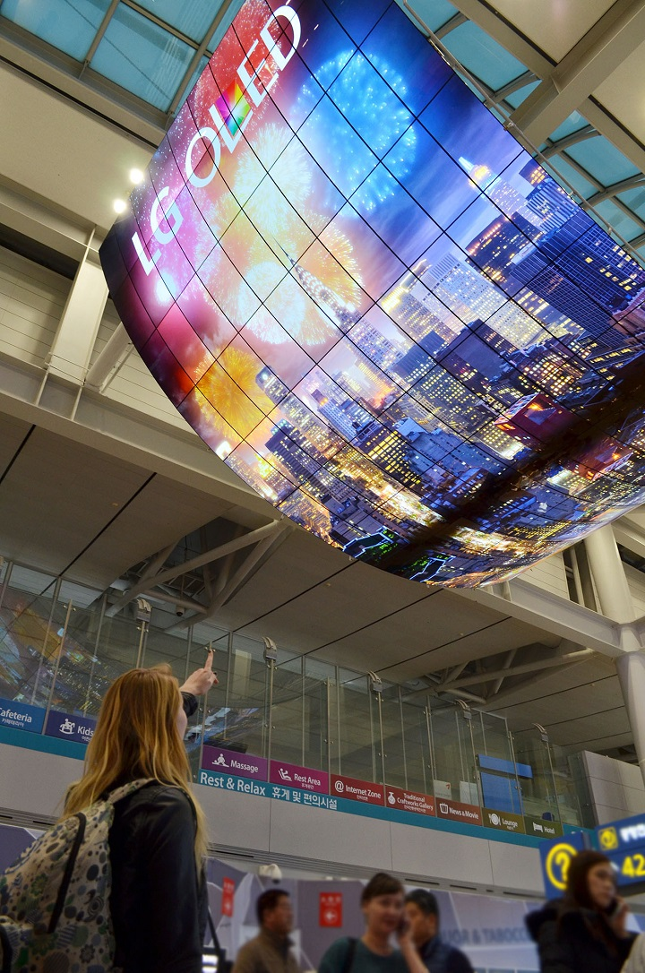 OLED+Signage+Incheon+Airport_1%5B20151119104726957%5D