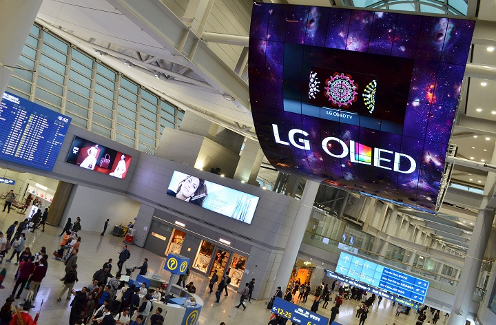 OLED+Signage+Incheon+Airport_2%5B20151119104726970%5D