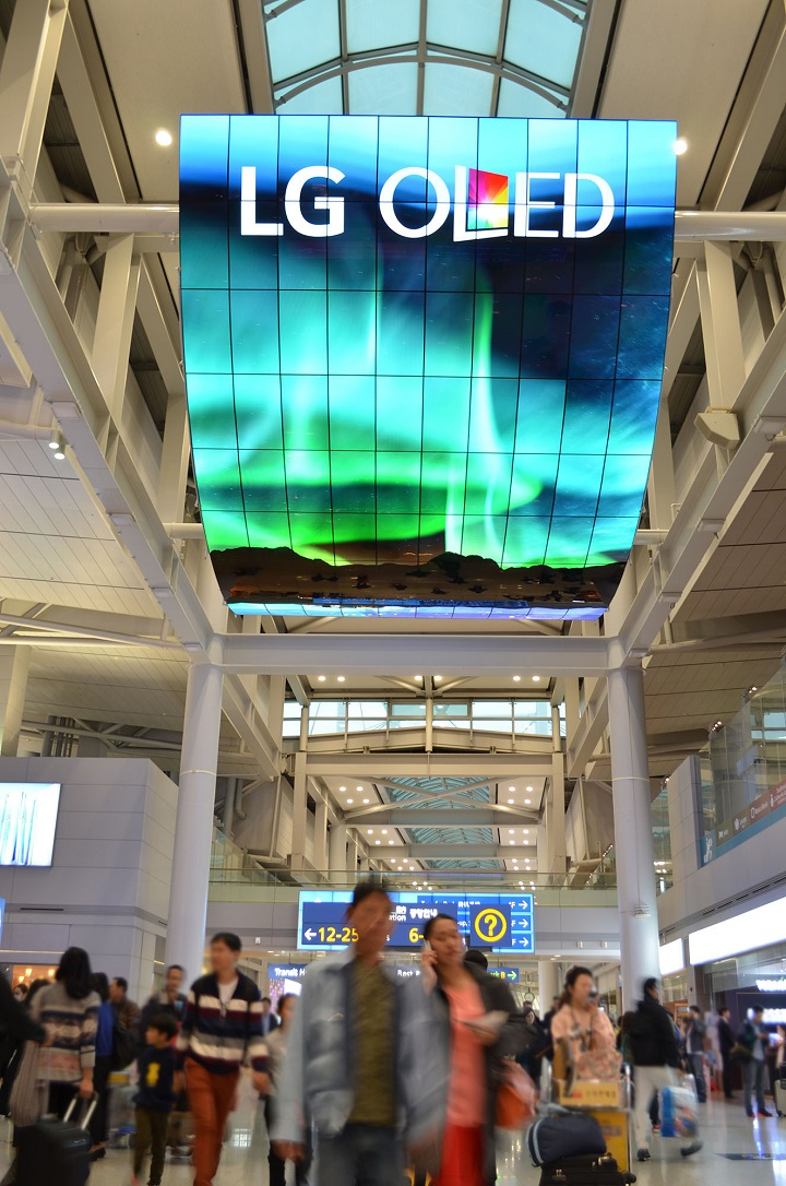 OLED+Signage+Incheon+Airport_3%5B20151119104726995%5D