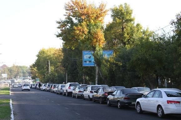 Так выглядят очереди на заправки Ташкента