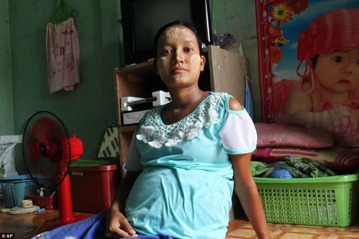 25-летняя Вин Вин Тхан, работавшая на фабрике, чтобы рассчитаться с долгами, также не прекращала работать во время беременности. Она пыталась сбежать, но её схватили и заперли в маленькой комнате на территории фабрики.