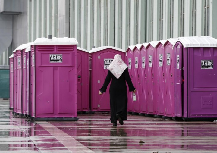Переносные туалеты в приюте для мигрантов, обустроенном в ангаре бывшего аэропорта Берлин-Темпельхоф, в Берлине, 9 декабря 2015 года.