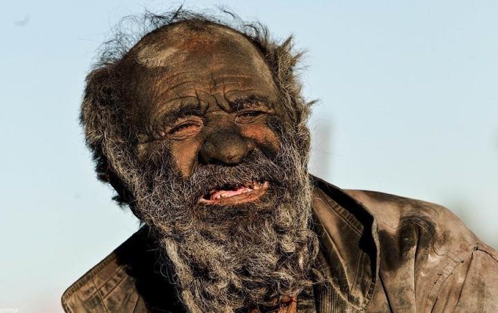 Amou Haji уверен, что грязь защищает его от болезней.