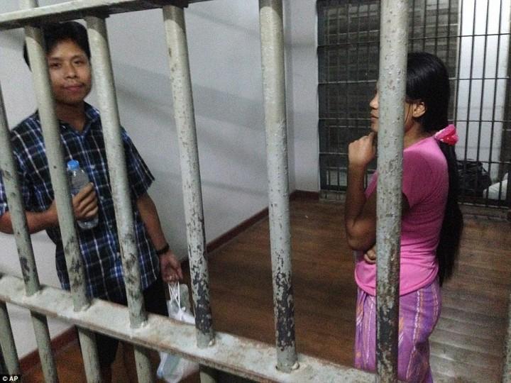 Приехавший из Мьянмы работник фабрики по чистке креветок и его жена находятся в тюремной камере после ареста.