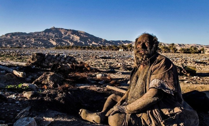 Мужчина нашел себе пристанище рядом с деревней Дежга в Иране. Раньше он жил в самой деревне, пока жители не предложили ему помыться – тогда он решил отдалиться от всех.