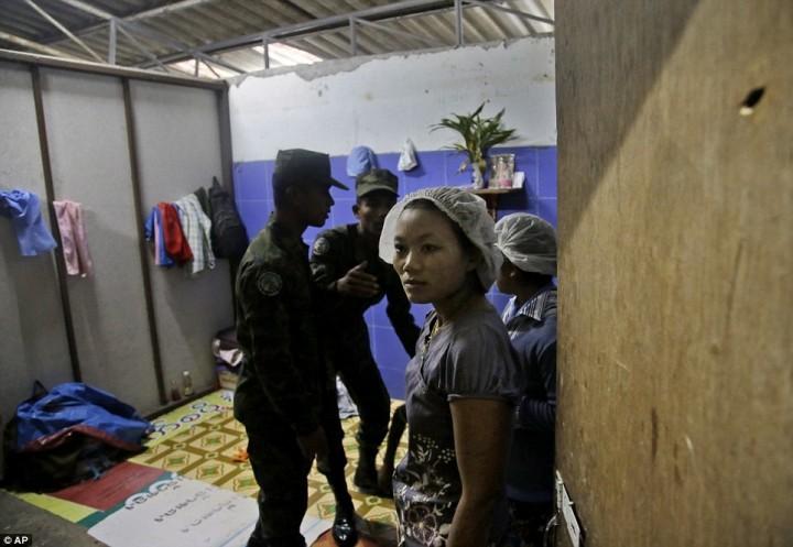 Тайские солдаты обыскивают комнату, в которой живут рабочие, во время рейда на фабрику по чистке креветок в провинции Самутсакхон.