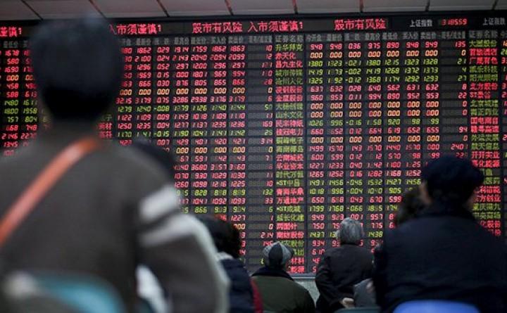 Инвесторы следят за табло с информацией о торгах на бирже в Шанхае, Китай Фото: REUTERS 2016