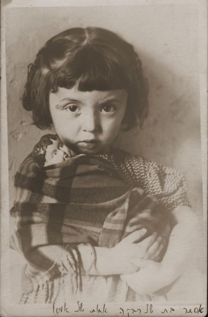 Польша, 1939. Эстер Йохевед Мейерсдорф и ее кукла.